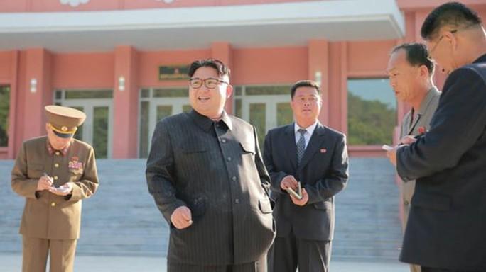 Bức ảnh ông Kim cầm một điếu thuốc bên tay phải trong chuyến thăm một trại thiếu nhi ở thủ đô Bình Nhưỡng. Ảnh: KCNA