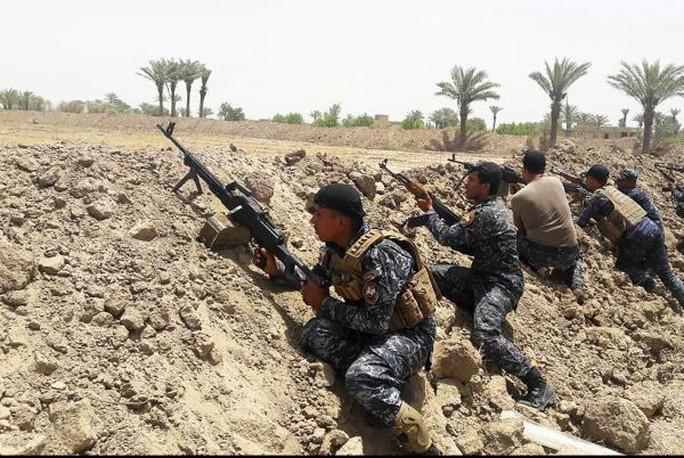 Lực lượng Iraq phục kích ở phía Tây Nam Fallujah. Ảnh: UPI
