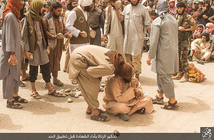 Một tù nhân ngồi gần đống đá cầu nguyện trước khi chết. Ảnh: DAILY MAIL