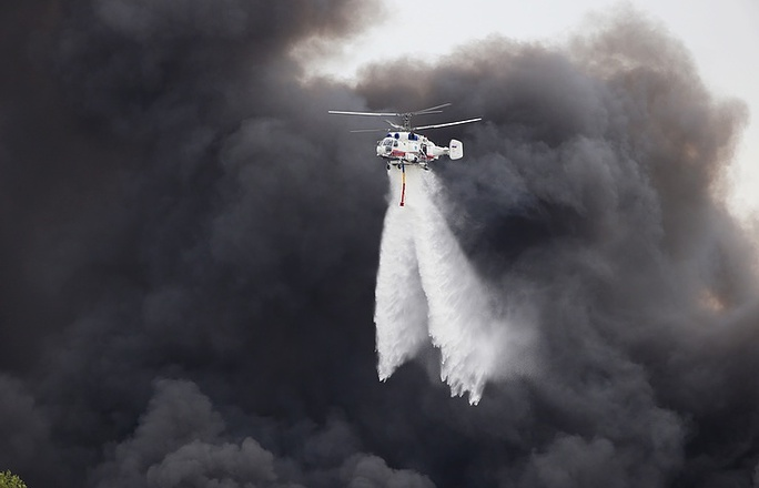 Trực thăng dập lửa tại hiện trường. Ảnh: TASS