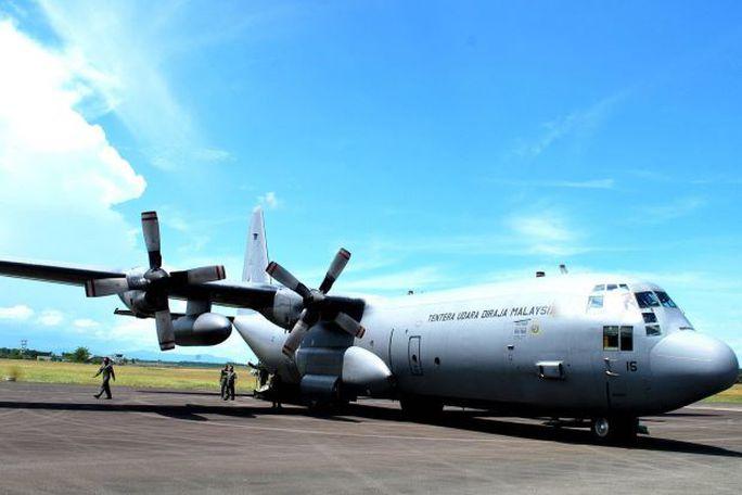 Một chiếc C-130 của Malaysia bị chiến đuấ cơ Indonesia chặn khi đang tới đảo Labuan. Ảnh: THE STAR