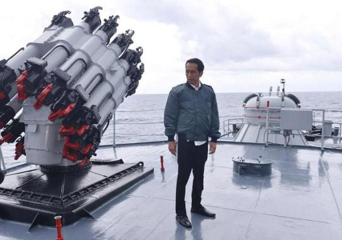 Tổng thống Joko Widodo đứng trên boong tàu KRI Imam Bonjol của Hải quân Indonesia sau khi chủ trì một cuộc họp ở quần đảo Natuna. Ảnh: REUTERS