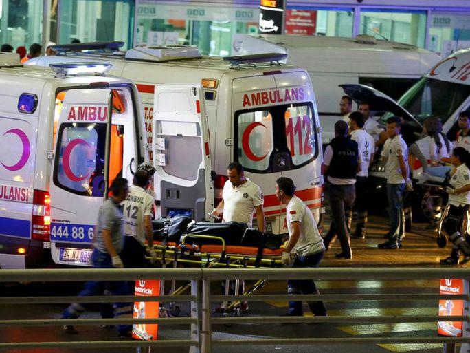 49 xe cứu thương đã được gửi đến sân bay. Ảnh: REUTERS
