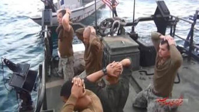 10 thủy thủ Mỹ bị bắt quỳ trên tàu. Ảnh: IRIB NEWS