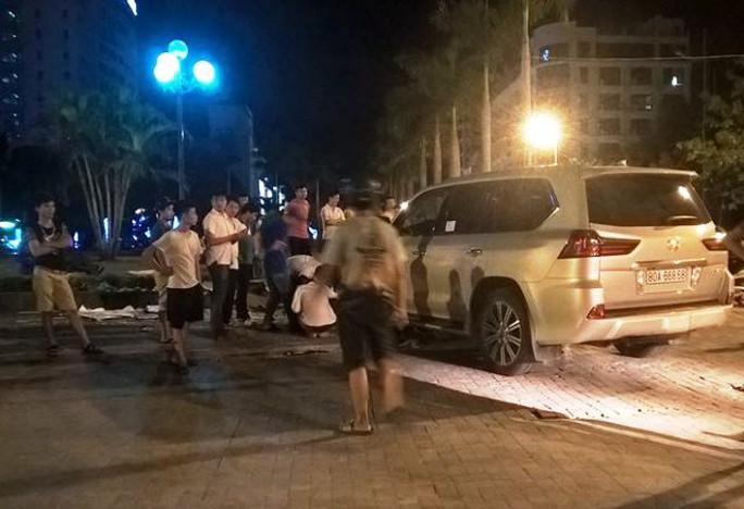 Sau khi tông hàng loạt xe máy, chiếc xế hộp Lexus 570 đã lao gọn lên vỉa hè