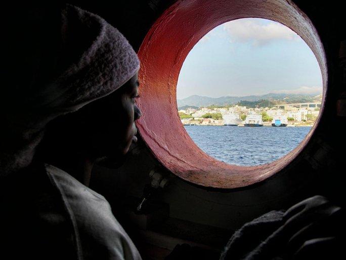 Một phụ nữ di cư được cứu thoát và đưa tới đảo Sicily của Ý ngày 25-6. Ảnh: AP