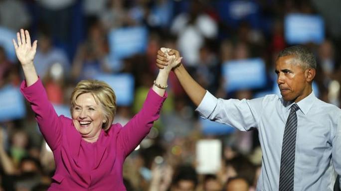 Bà Clinton (trái) thở phào khi chấm dứt sự đeo đẳng về pháp lý liên quan tới bê bối email. Ảnh: AP