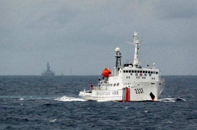 Tàu cảnh sát biển Trung Quốc đậu gần giàn khoan Hải Dương 981 ở biển Đông ngày 13-6-2014. Ảnh: REUTERS
