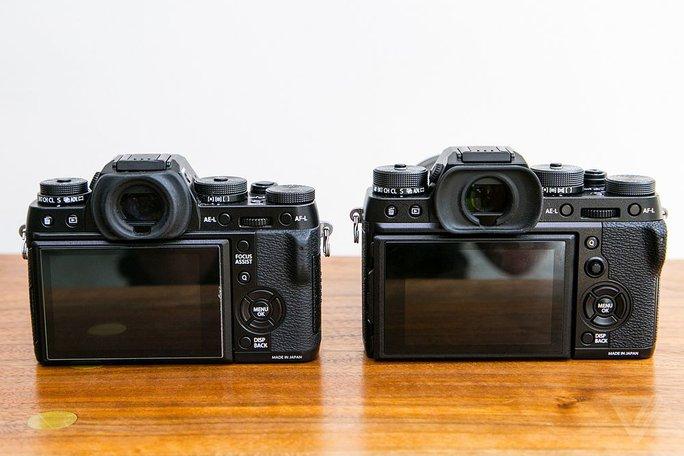 Fujifilm trang bị thêm cho X-T2 (ảnh phài) nút joystick 8 chiều giúp điều chỉnh menu hay chọn điểm lấy nét nhanh hơn.