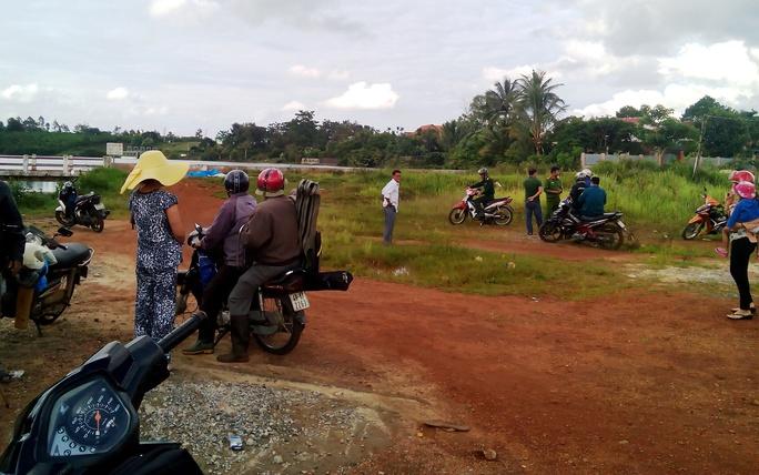 Người dân hốt hoảng khi phát hiện thi thể chết trôi tại hồ Nam Phương (TP Bảo Lộc, Lâm Đồng).