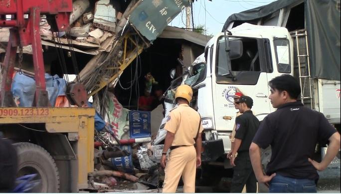 Lực lượng chức năng đang làm việc tại hiện trường vụ tai nạn.