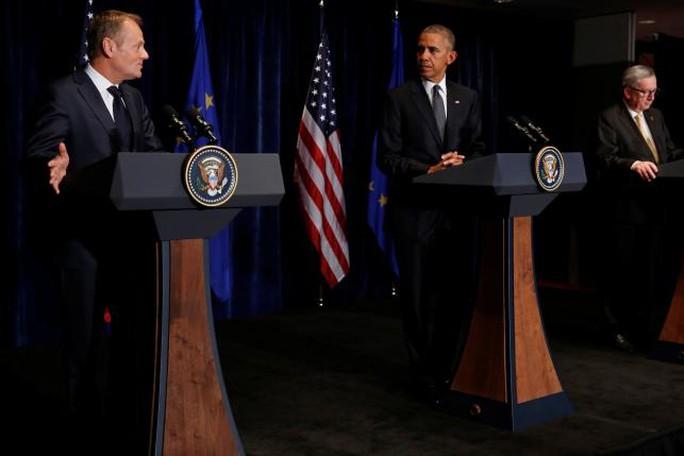 Từ trái qua: Chủ tịch Hội đồng châu Âu Donald Tusk, Tổng thống Mỹ Barack Obama và Chủ tịch Ủy ban châu Âu Jean-Claude Juncker họp báo tại Ba Lan hôm 8-7. Ảnh: REUTERS