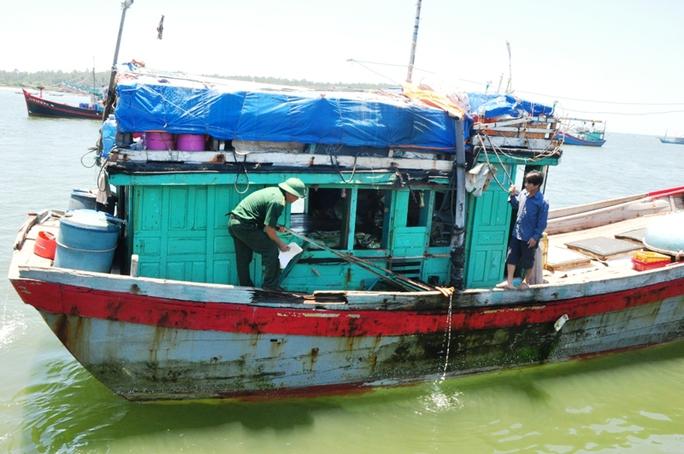 Một tàu cá ngư dân Quảng Ngãi bị tàu Trung Quốc tông vỡ thân tàu hồi tháng 6-2016. Ảnh: Tử Trực