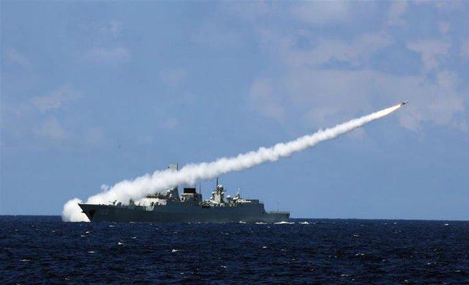 Trung Quốc tập trận phóng tên lửa thật ở biển Đông. Ảnh: SHANGHAIIST