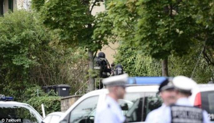 Cảnh sát bao vây văn phòng luật sư ở TP Stuttgart. Ảnh: 7AKTUELL