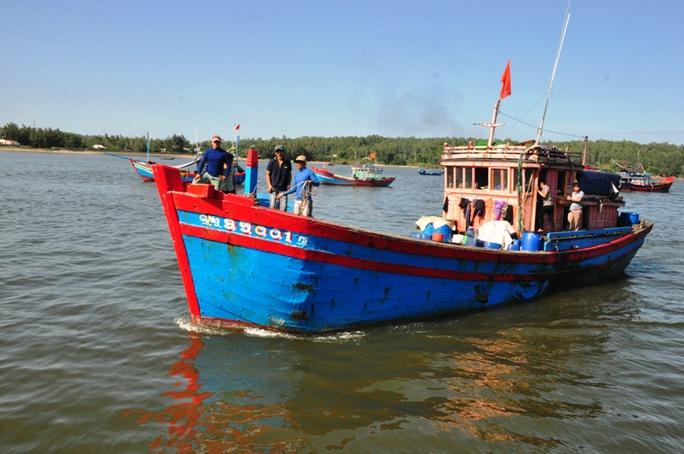 Lúc 16 giờ ngày 13-7, tàu QNg 95001 TS chở 5 ngư dân bị tàu Trung Quốc tông chìm ở Hoàng Sa về đất liền