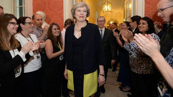 Bà May được chào đón tại tòa nhà số 10 phố Downing. Ảnh: PA