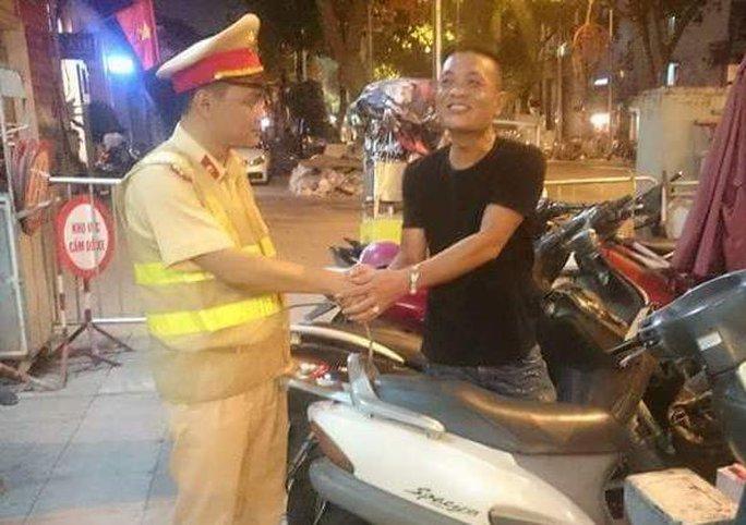Ông Nguyễn Hùng Anh bắt tay cảm ơn tổ công tác Y7/141 bên chiếc xe Honda Spacy kỷ vật của người vợ quá cố