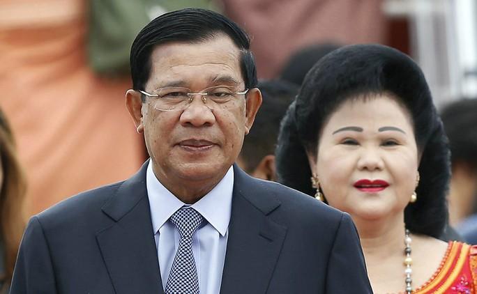 Thủ tướng Campuchia Hun Sen và vợ, bà Bun Rany. Ảnh: AP