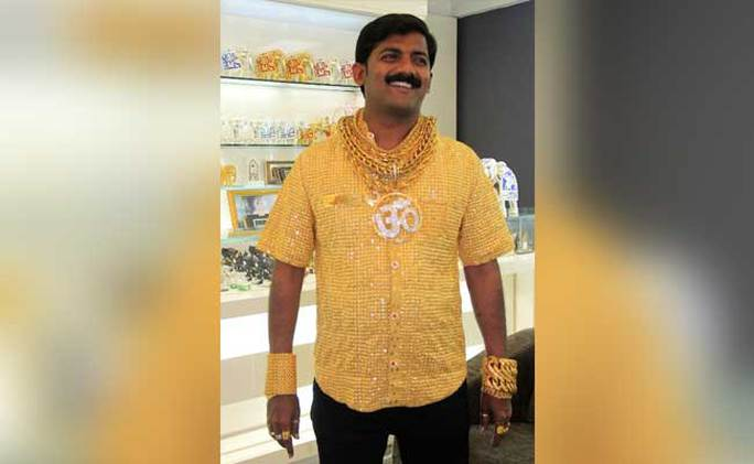Ông Phuge mặc chiếc áo vàng ròng nặng 3,5 kg. Ảnh: NDTV