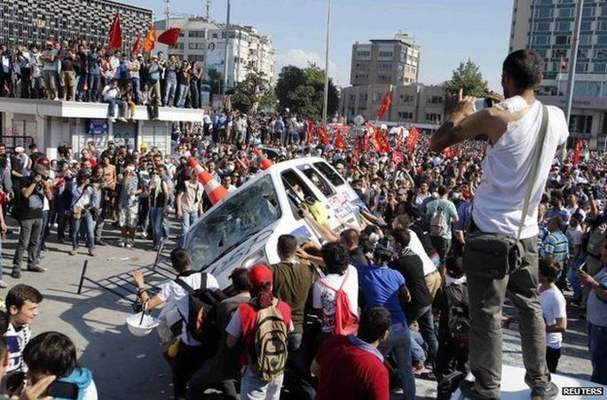Tháng 6-2013, ông Erdogan sống sót sau các cuộc biểu tình phản đối ở Istanbul. Ảnh: REUTERS