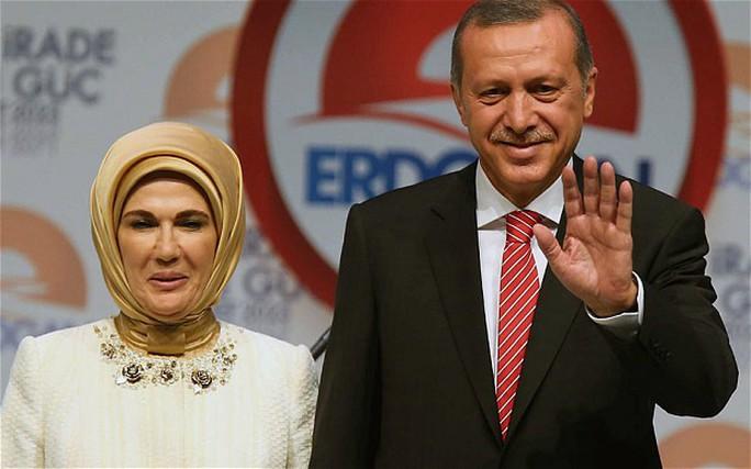 Vợ ông Erdogan đeo khăn trùm đầu. Ảnh: AP