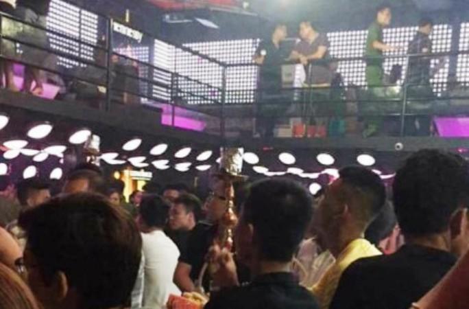 Phía trong quán bar khi lực lượng công an ập vào