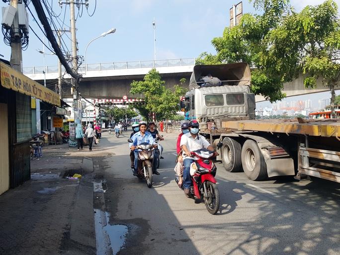Khu vực dưới chân cầu Tân Thuận - nơi xảy ra vụ án mạng nghiêm trọng