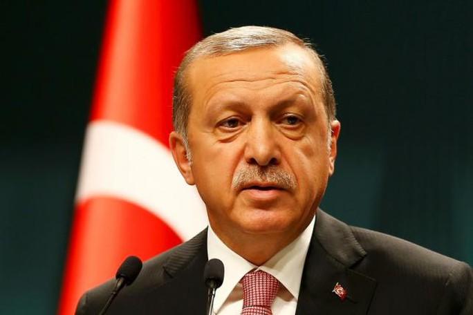 Tổng thống Thổ Nhĩ Kỳ Tayyip Erdogan nói tại họp báo sau khi tham dự cuộc họp nội các tại dinh tổng thống hôm 20-7. Ảnh: REUTERS