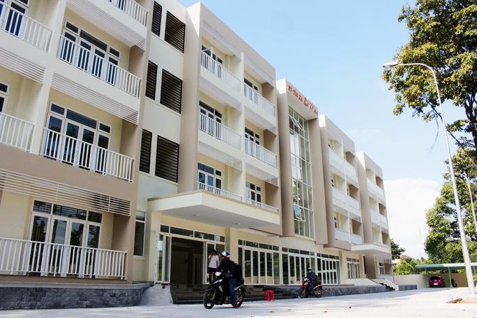 Tọa lạc bên trong khuôn viên trường Đại học Nông Lâm, KTX Cỏ May năm trên khuôn viên rộng 2.600 m2 với thiết kế 4 tầng gồm 54 phòng trang trí hiện đại. Công trình được xây dựng theo tâm huyết giúp đỡ những sinh viên nghèo hiếu học của ông Phạm Văn Bên (chủ doanh nghiệp Cỏ May).