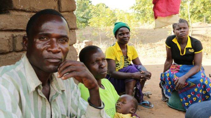 Ông Aniva là 1 trong 10 llinh cẩu tại huyện Nsanje. Ảnh: BBC