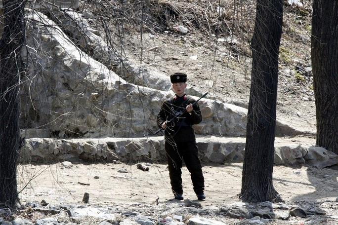Một binh sĩ Triều Tiên tuần tra bờ sông Áp Lục dọc biên giới với Trung Quốc. Ảnh: IMAGINE CHINA