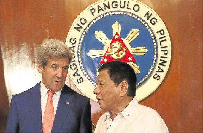 Ngoại trưởng Kerry (trái) và Tổng thống Duterte trao đổi hôm 27-7. Ảnh: INQUIRER