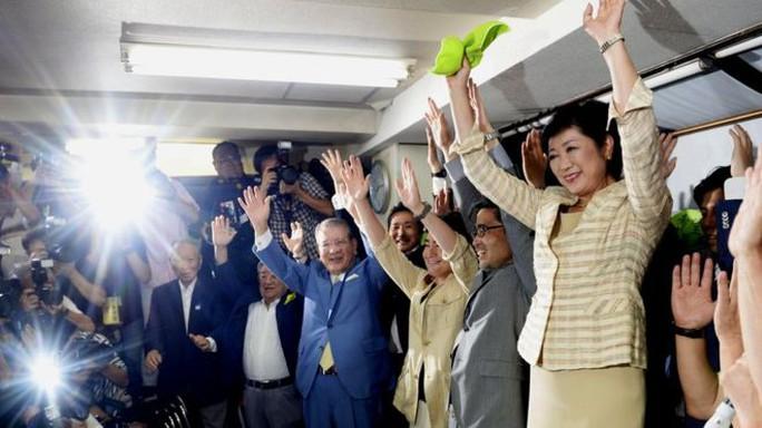 Bà Koike, 64 tuổi (phải) ăn mừng với người ủng hộ hôm 31-7. Ảnh: KYODO