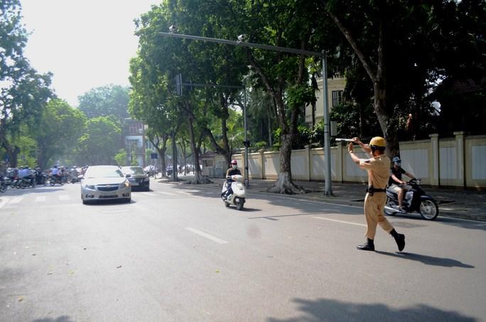 Sáng 1- 8, các đội thuộc Phòng CSGT Hà Nội đồng loạt xuất quân trong ngày đầu ra quân xử phạt theo nghị định 46/2016/NĐ-CP. Trong đó, dư luận đang quan tâm đến việc tăng mức xử phạt với hành vi vượt đèn vàng với ô tô lên 2 triệu đồng và xe máy là 400.000 đồng.