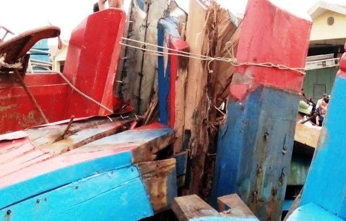 Chiếc tàu cá vỏ gỗ của anh Hòa bị tàu lạ bằng sắt đâm hỏng nát phần mũi tàu, ước tính thiệt hại khoảng 500 triệu đồng