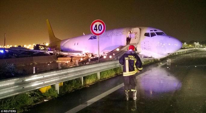 Mũi máy bay đè bẹp rào chắn của một con đường vành đai cạnh sân bay. Ảnh: REUTERS