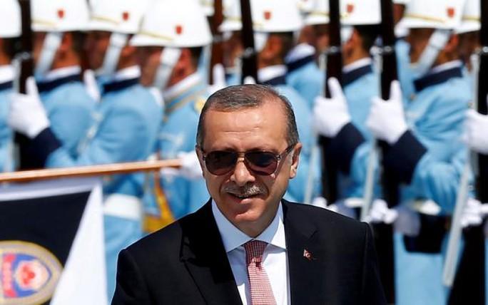 Tổng thống Erdogan duyệt đội danh dự tại Ankara hôm 5-8. Ảnh: REUTERS