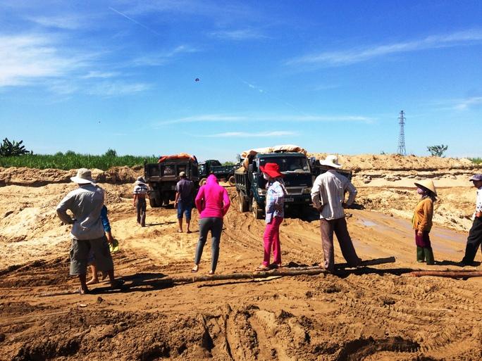 Hàng chục người dân thôn An Phú, xã Tịnh An, TP Quảng Ngãi chặn xe xúc cát