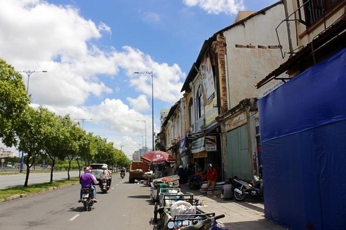 Hàng loạt căn nhà cổ từ số nhà 220 đến 240 Võ Văn Kiệt (Bến Chương Dương cũ; quận 1, TP HCM) đã xuống cấp trầm trọng, có thể đổ sập bất cứ lúc nào.