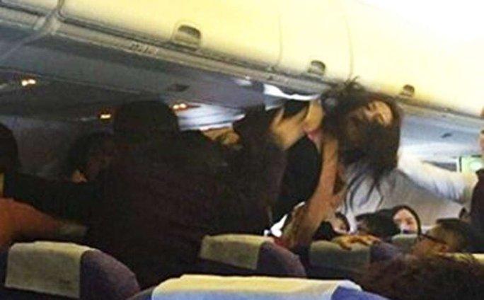Một phụ nữ Trung Quốc gây rối trên máy bay. Ảnh: SCMP