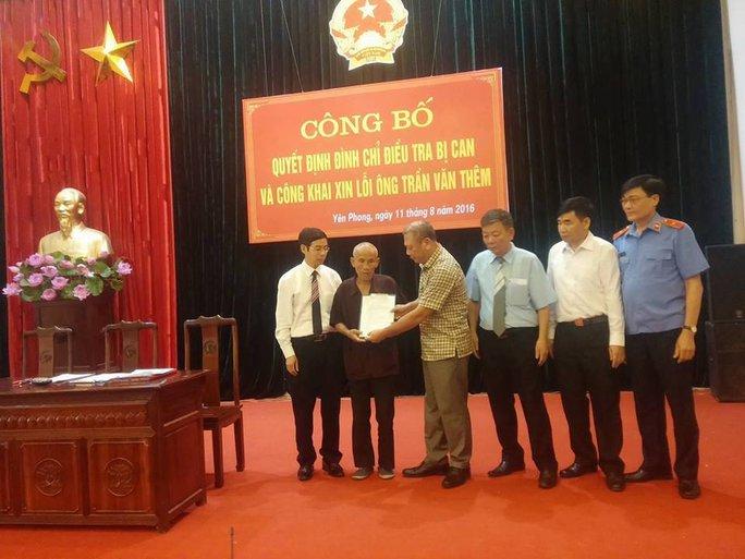 Thiếu tướng Vũ Quang Hưng trao quyết định cho ông Trần Văn Thêm