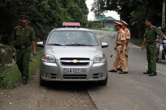 Các phương tiện bị yêu cầu dừng kiểm tra kĩ từng người trên xe - ảnh: VNE