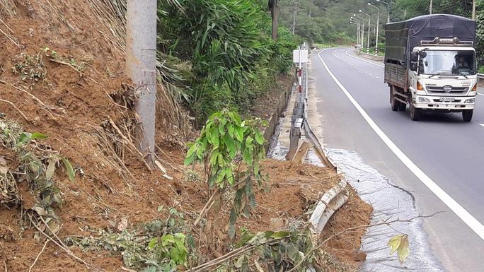 Hàng trăm khối đất, đá đổ xuống làm biến dạng thanh chắn an toàn, vùi lấp mương thoát nước khiến nước tràn ra đường rất nguy hiểm cho người tham gia giao thông.