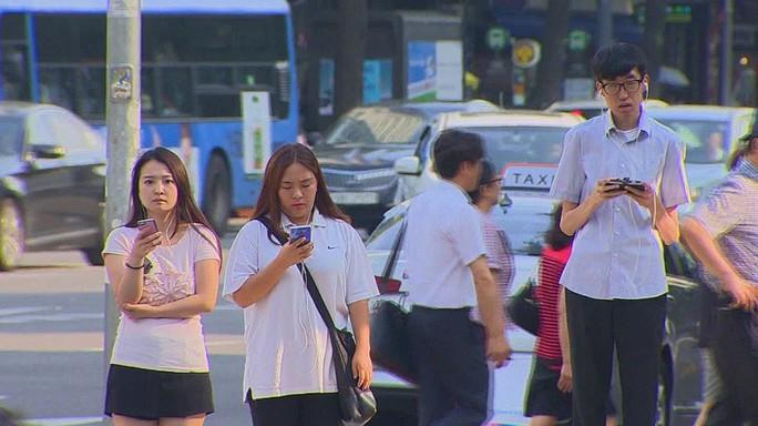 Một bộ phận giới trẻ Hàn Quốc đang tự biến mình thành xác sống điện thoại. Ảnh: CNN