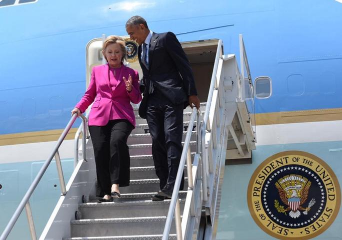 Ông Obama và bà Clinton trên chiếc Không lực 1 ở TP Charlotte, bang Bắc Carolina. Ảnh: INSTAGRAM
