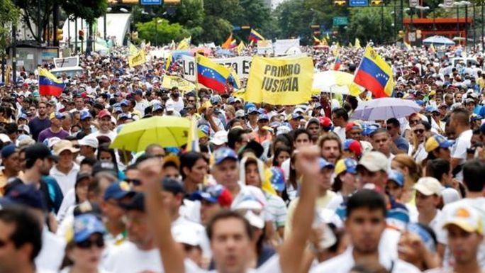 Hàng trăm ngàn người đã tuần hành qua thủ đô của Venezuela để yêu cầu Tổng thống Maduro từ chức. Ảnh: WALES NEWS SERVICE