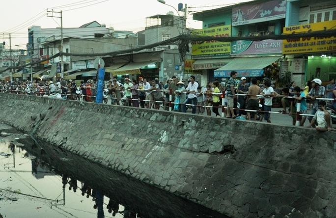 Hàng trăm người dân đứng trên bờ theo dõi