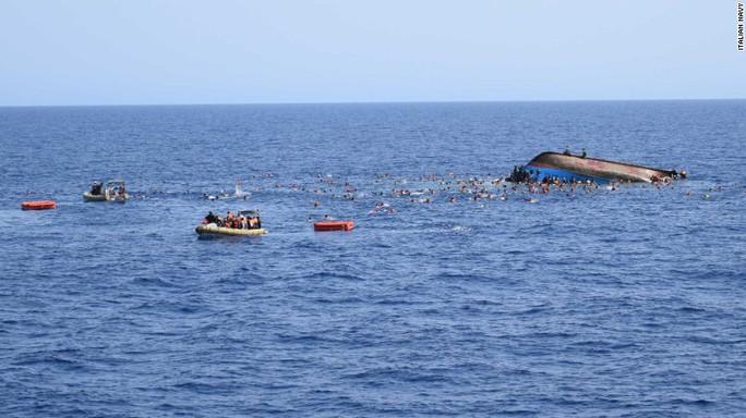 ...rồi lật úp giữa biển, hất tất cả người trên tàu xuống. Ảnh: Italian Navy