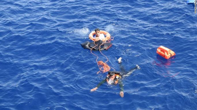 Hải quân Ý ném phao cứu người bị nạn. Ảnh: Italian Navy
